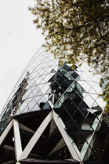 Fachada del edificio de gran altura - foto de stock