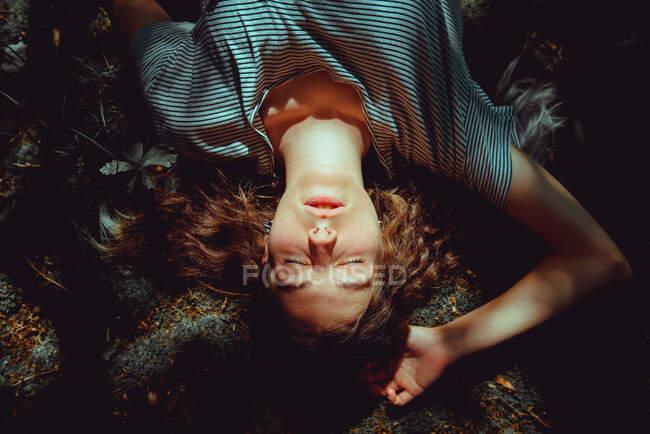 Женщина лежит на земле — стоковое фото
