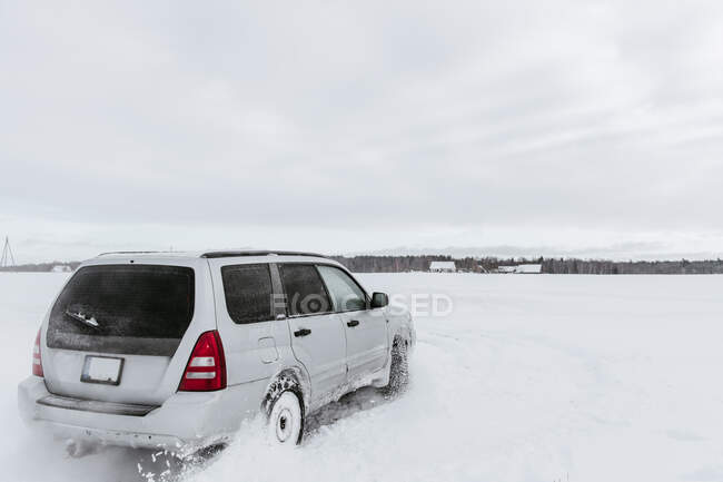 Conducción de coches en campo de nieve - foto de stock