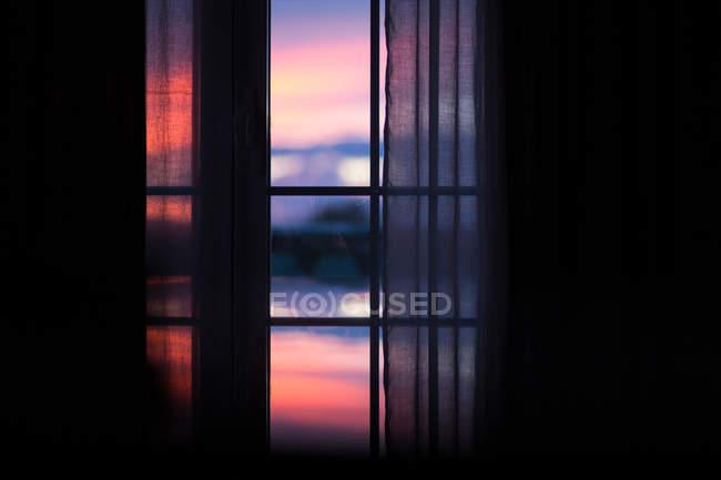 Visão turva da janela da sala escura noite incrível — Fotografia de Stock