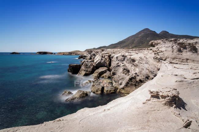 Величним видом моря і скелястий берег під Синє небо — стокове фото