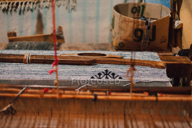 Traditional wooden loom with blue thread making carpet in Chefchaouen, Morocco — Stock Photo