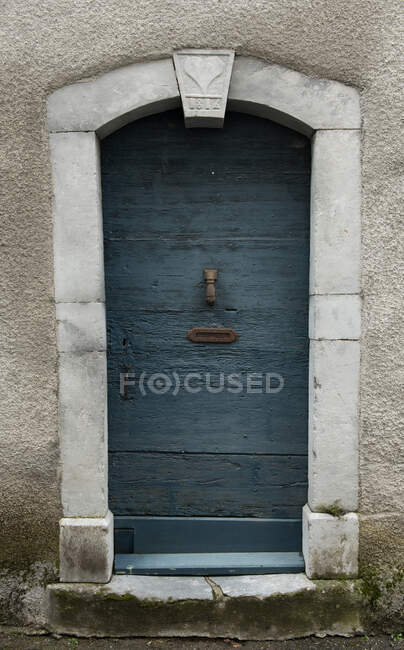 White construction with blue door and blooms in pots on stairs in Pyrenees — Stock Photo