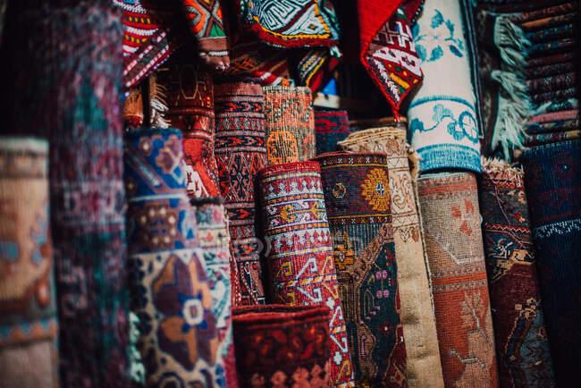 Склад з барвистими традиційними килимами. — стокове фото