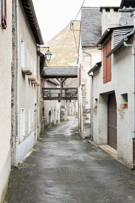 Vista panoramica della città antica vicino ad alte colline e nuvoloso nei Pirenei — Foto stock
