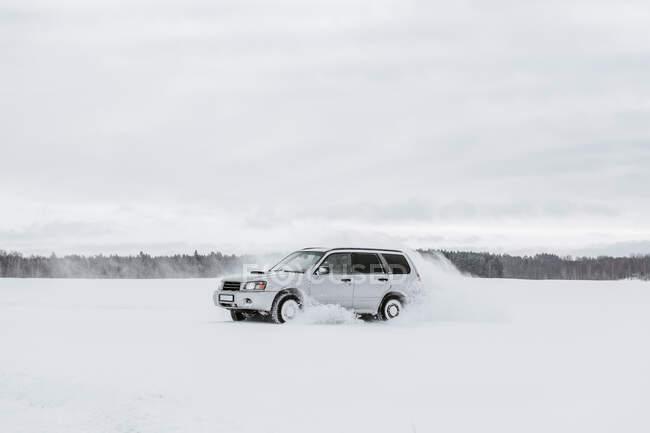 Проезд по снежному полю — стоковое фото