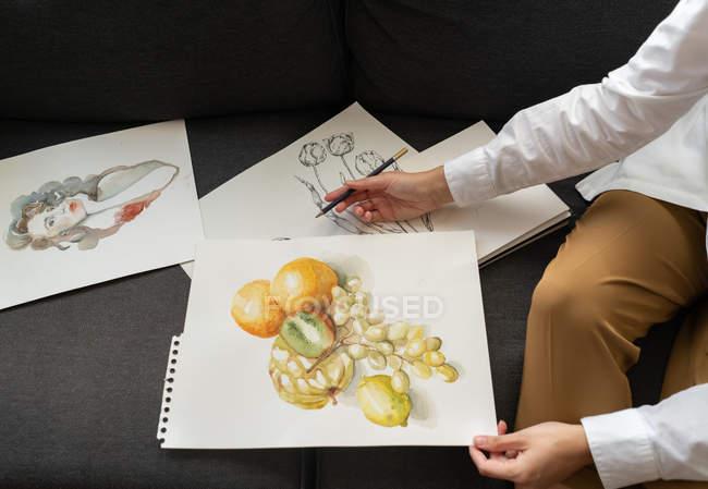 Жінка з малюнками на папері. — стокове фото