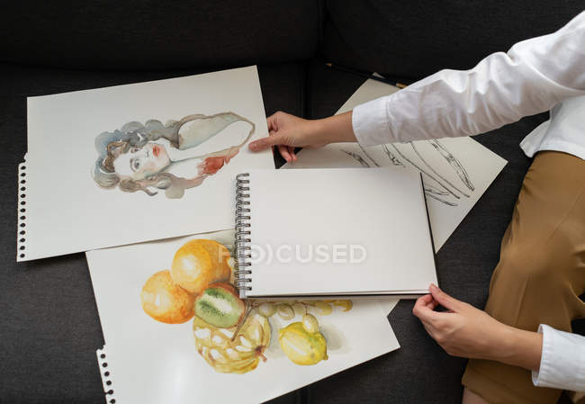 На чорному фоні вигнутий образ жінки біля набору прекрасних фарб. — стокове фото