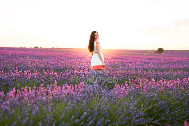 Young woman between violet lavender field — Stock Photo