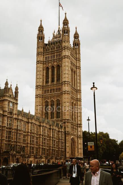 ЛОНДОН, ОБЪЕДИНЕННЫЙ КИНГДОМ - 23 ОКТЯБРЯ 2018 года: Толпа возле великолепного старого здания — стоковое фото