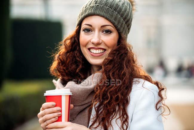 Mulher ruiva bonita bebendo café nas ruas de Madrid no inverno — Fotografia de Stock