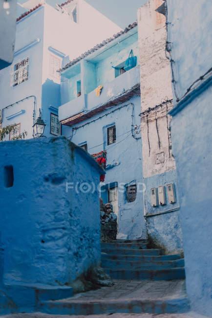 Вулиця зі старими пошарпаний синьо-білих будівель, Chefchaouen, Марокко — стокове фото