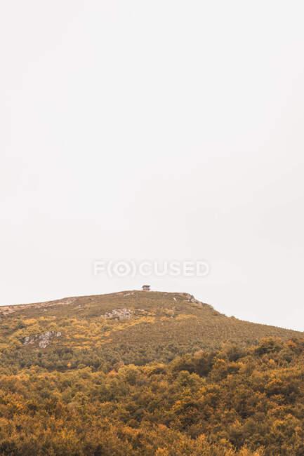 Pintoresca vista de una cabaña en la cima de una montaña en tiempo nublado en Isoba, Castilla y León, España - foto de stock