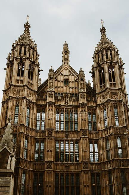 Великолепный вид на фасад старого здания, украшенного множеством орнаментов на улице Лондона, Англия — стоковое фото