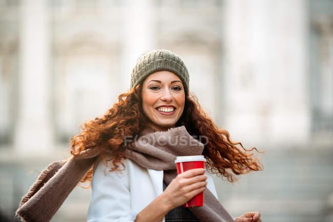Молодая женщина, танцующая кофе на улицах Мадрида зимой — стоковое фото