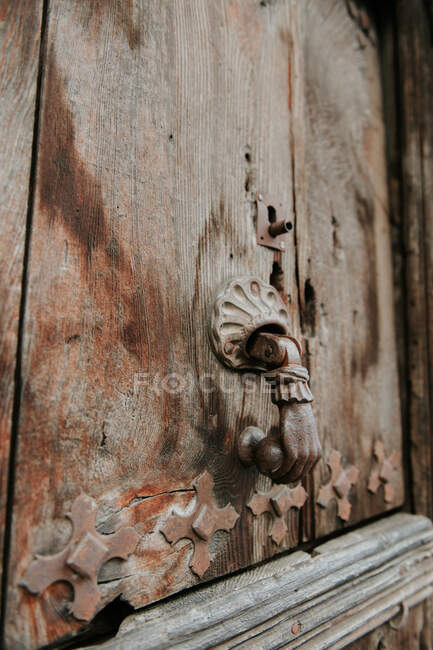 Closeup ornamented aged handle on old wooden door in Pyrenees — Fotografia de Stock