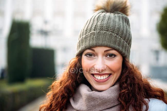 Bella rossa che guarda la macchina fotografica le strade di Madrid in inverno — Foto stock