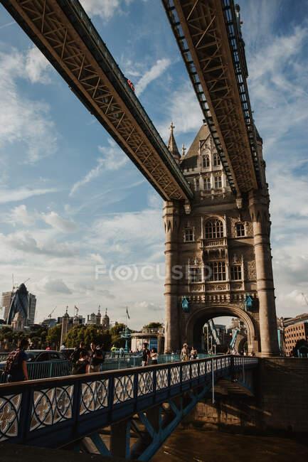 LONDRES, REINO UNIDO - OUTUBRO 23, 2018: Pessoas caminhando na parte pedonal da espetacular Tower Bridge em dia nublado em Londres, Inglaterra — Fotografia de Stock