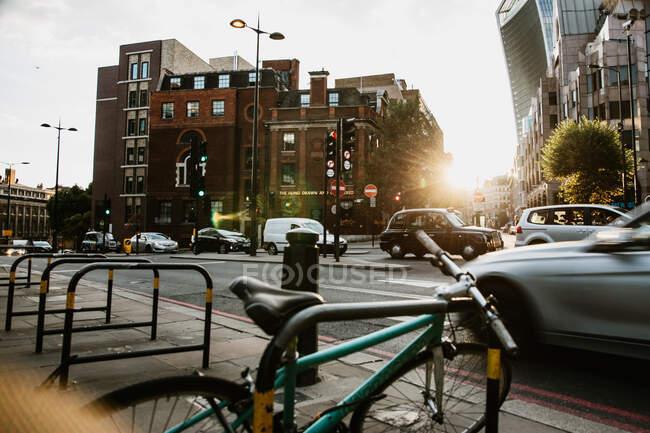 LONDRES, REINO UNIDO - OUTUBRO 23, 2018: Rua movimentada da cidade moderna — Fotografia de Stock