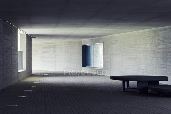Просторный коридор с круглым столом внутри удивительного современного здания — стоковое фото