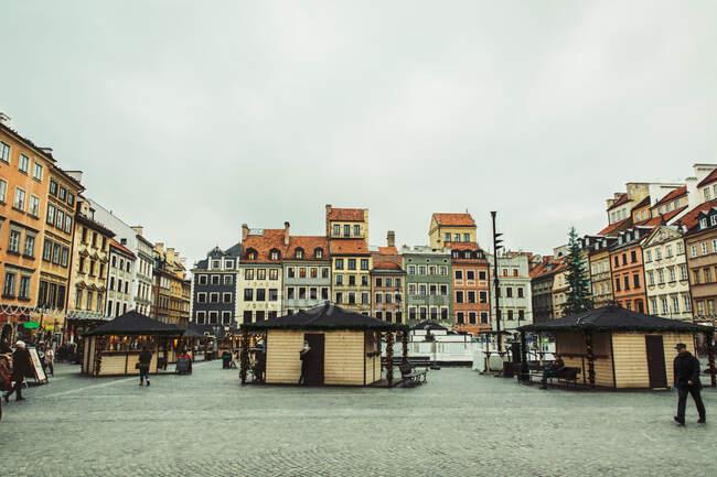 WARSAW, POLONIA - 27 DE NOVIEMBRE DE 2017: Mercado de Navidad en la Plaza del Mercado del casco antiguo de Varsovia, detalle de las antiguas fachadas coloridas - foto de stock