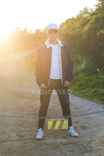 Portrait d'un jeune adolescent en extérieur vêtu d'une tenue décontractée — Photo de stock