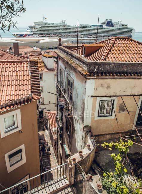 Blick auf die Straße mit Leinen auf alten grungy Häusern in Sintra, Lissabon, Portugal — Stockfoto