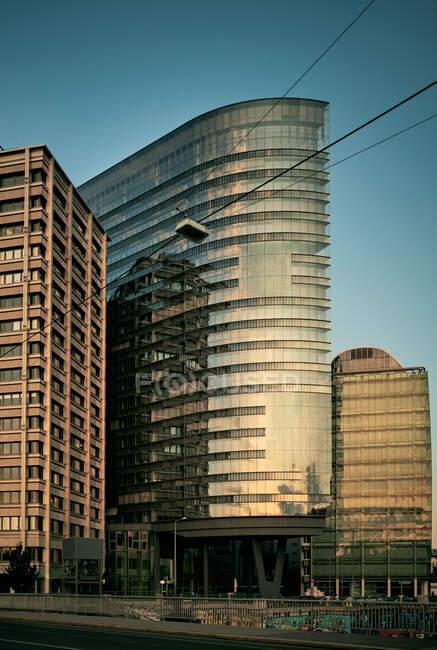 Edificio moderno in città — Foto stock
