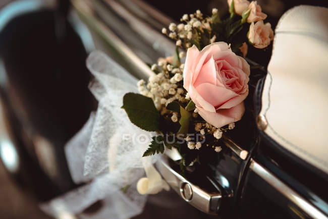 Wedding pink flower bouquet on handle of retro car — Stock Photo