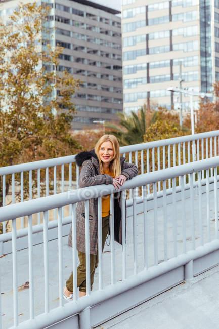 Блондинка позирует в городе — стоковое фото