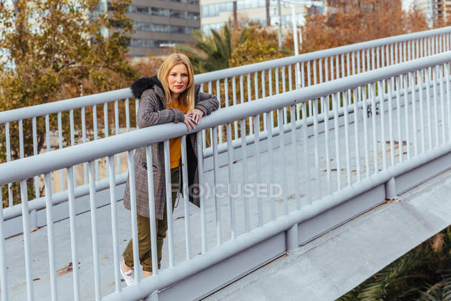 Blonde girl posing in the city — Stock Photo