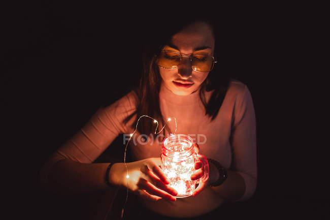 Frau mit Sonnenbrille und Lampe — Stockfoto