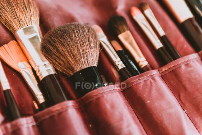 Dall'alto collezione di primo piano di diversi pennelli per il trucco in borsa — Foto stock