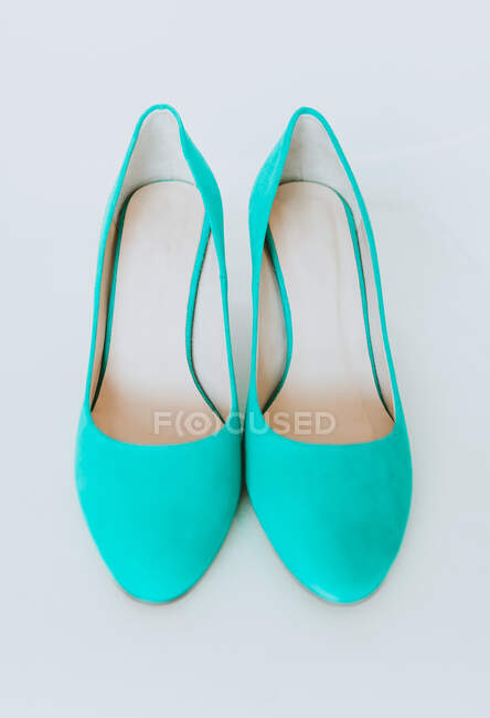 Концепція красивого блакитного кольору взуття на високих підборах на білому тлі — стокове фото