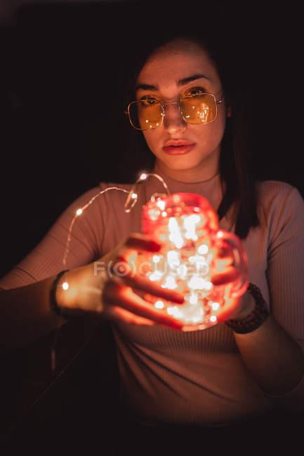 Donna in occhiali da sole con lampada — Foto stock