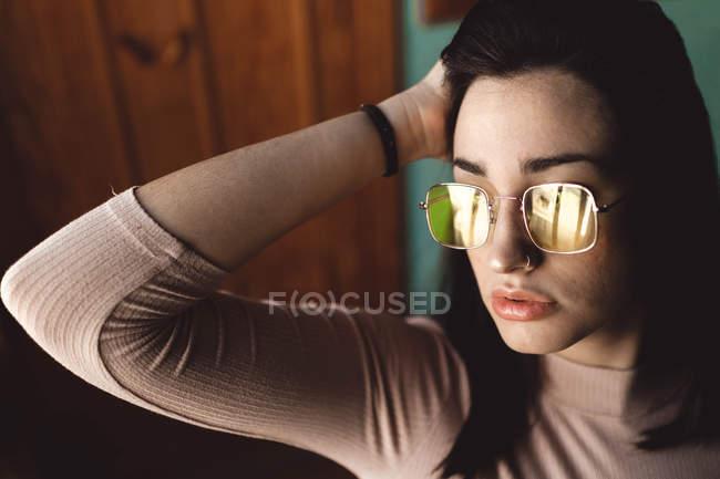 Jovem mulher retrato com óculos amarelos posando — Fotografia de Stock