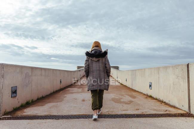 Девушка, гуляющая по городу — стоковое фото