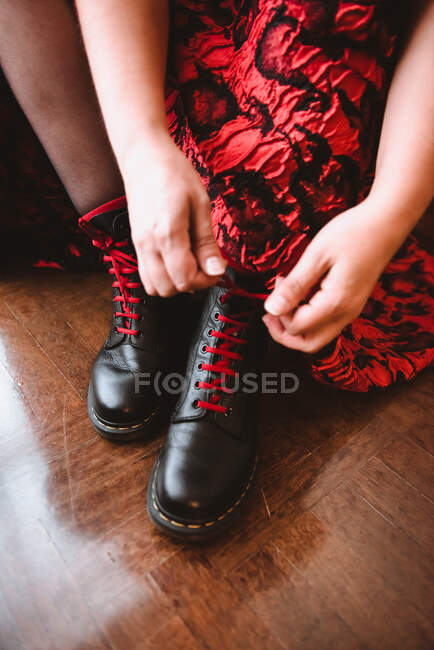 Mujer en botas de cordones vestido - foto de stock