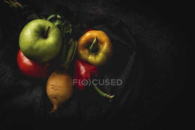 Mezcla de verduras frescas sobre fondo negro - foto de stock
