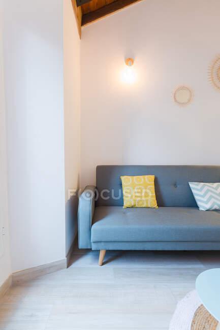 Acogedora habitación con sofá - foto de stock