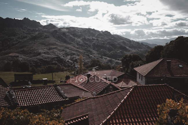 Kleine Hügel und Dächer von Dorfhäusern in Portugal — Stockfoto