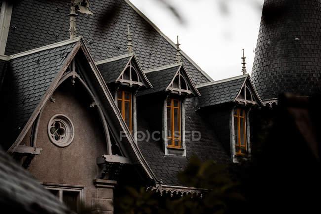 Вид на серую крышу и маленькие окна большого здания — стоковое фото