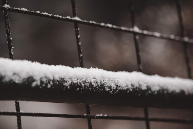 Крупный план белого снега на металлической решетке — стоковое фото