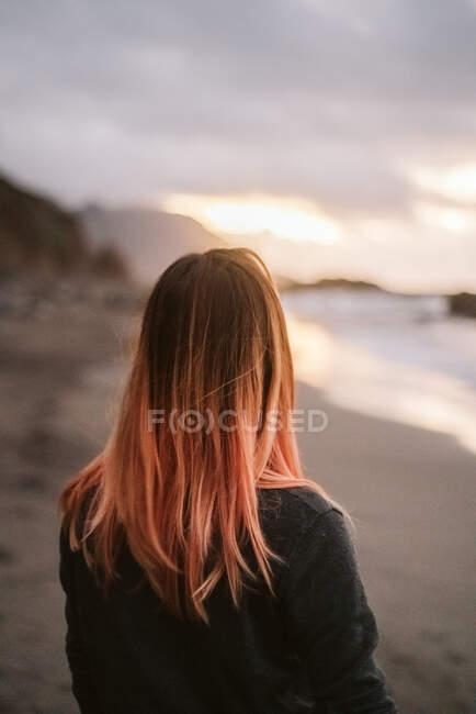 Анонимная женщина, стоящая у моря — стоковое фото