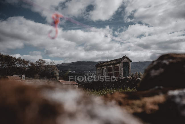 View of old abandoned grungy house in countryside — Stock Photo