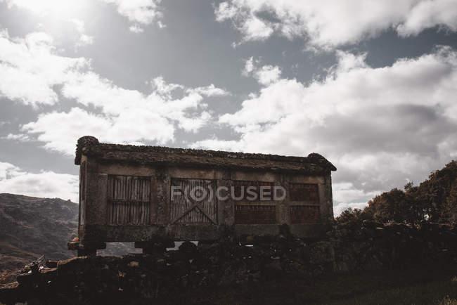 Veduta alla vecchia casa grungy abbandonata nel piccolo villaggio in Portogallo — Foto stock