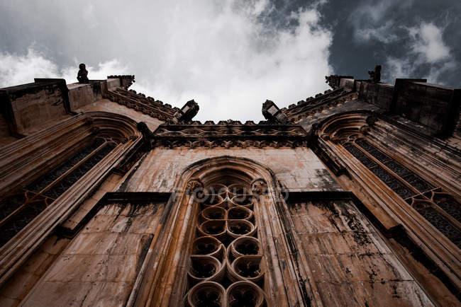 Vista della storica vecchia cattedrale sotto il cielo grigio nuvoloso in Portogallo — Foto stock