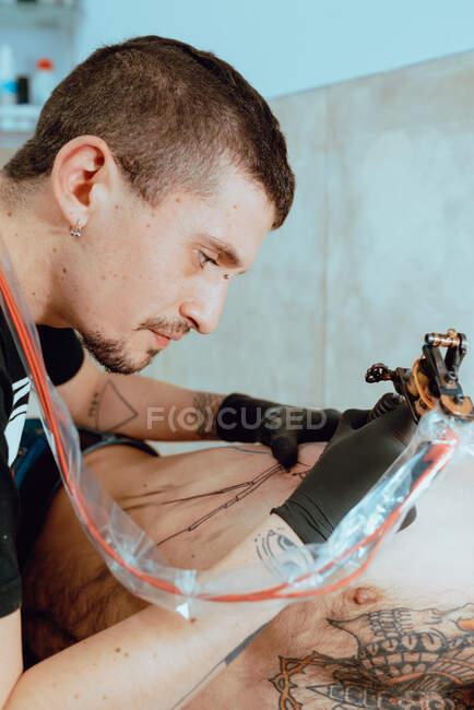 Стільна жінка готує татуювання. — стокове фото