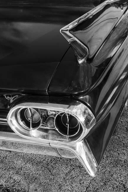 Details am Heck eines amerikanischen Oldtimers in schwarz-weiß — Stockfoto