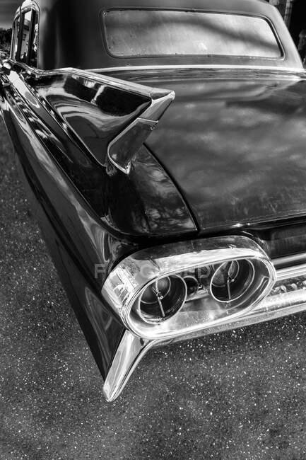 Detalhes traseiros de um carro clássico americano em preto e branco — Fotografia de Stock